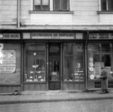 [Witryna sklepowa w nieistniejącej kamienicy przy ul. Kościuszki] [Fotografia]