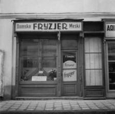 [Ul. Kościuszki. Witryna salonu fryzjerskiego w kamienicy nr 4] [Fotografia]
