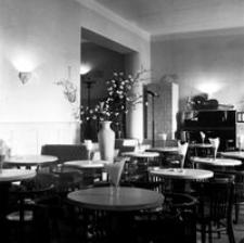 """[Ul. 3 Maja. Wnętrze restauracji """"Tatrzańska"""" (kamienica nr 30)] [Fotografia]"""