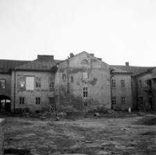 """[Ul. Piłsudskiego (dawna ul. Lwowska). Remont koszar """"Kraińskiego""""] [Fotografia]"""