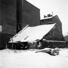 [Nieistniejące budynki na skrzyżowaniu ulic Żeromskiego i Piłsudskiego] [Fotografia]