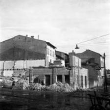[Widok z ul. Słowackiego w kierunku północno-wschodnim. Na pierwszym planie plac po wyburzonych kamienicach (obecnie parking)] [Fotografia]