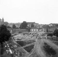 [Plac po wyburzonych kamienicach między ulicami Słowackiego i Baldachówka. W tle widoczna ul. Dymnickiego] [Fotografia]