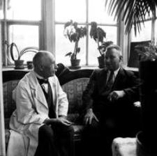 """[Dr Zdzisław Maurer z niemieckim urzędnikiem w ganku domu """"Amstera""""] [Fotografia]"""