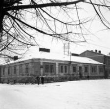"""[Dom """"Fijałkowskich"""" u zbiegu ulic Moniuszki i Sokoła (przed rozbiórką)] [Fotografia]"""