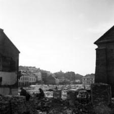 [Widok od ul. Gałęzowskiego na zrujnowany cmentarz żydowski] [Fotografia]