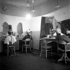 """[Wnętrze zakładu fryzjerskiego Tadeusza Majchrowicza """"Majcherka""""] [Fotografia]"""