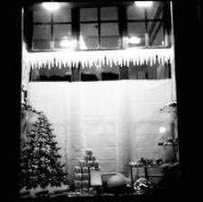 [Świąteczny wystrój witryny sklepowej] [Fotografia]