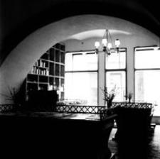 [Ul. Kościuszki. Wnętrze sklepu w kamienicy nr 1] [Fotografia]