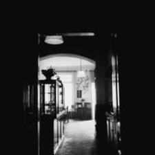 """[Pl. Wolności. Wnętrze restauracji """"Inglota""""] [Fotografia]"""
