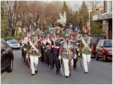 [Wielki Piątek 2009 r. Przeworsk. Oddział turków w drodze do kościoła parafialnego - Bazyliki Bożego Grobu] [Fotografia]